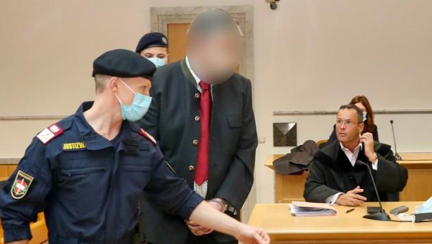 Strafverteidiger Andreas Mauhart mit dem Angeklagten (Bild: FOTOKERSCHI.AT / KERSCHBAUMMAYR)