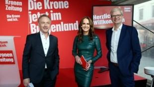 """Große Freude über den neuen """"Krone""""-Standort mitten in Eisenstadt auch bei den beiden Geschäftsführern Gerhard Valeskini (links) und Christoph Niemöller. Durch den Abend führte Moderatorin Maggie Entenfellner. (Bild: Klemens Groh)"""