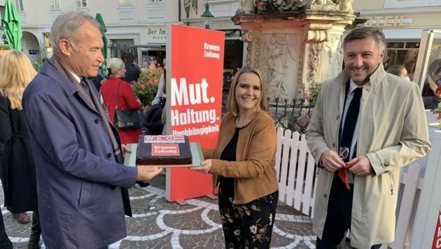 Sabine Oberhauser bekam von Wirtschaftskammer-Präsident Peter Nemeth und Vize Harald Schermann eine Torte überreicht. (Bild: Schulter Christian)