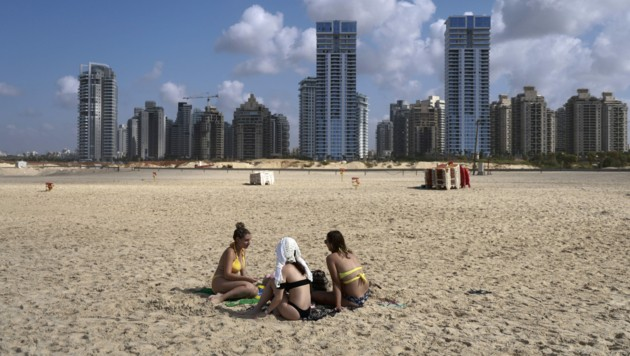 Die Strände von Netanja sind trotz der Lockerung des Lockdowns und schönem Wetter nicht gut besucht. (Bild: AFP)