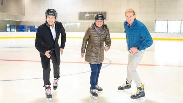 Sportstadtrat Kurt Hohensinner, MCG-Vorständin Barbara Muhr und Joe Laimer eröffnen die Publikumseislaufsaison. (Bild: MCG/Wiesner)