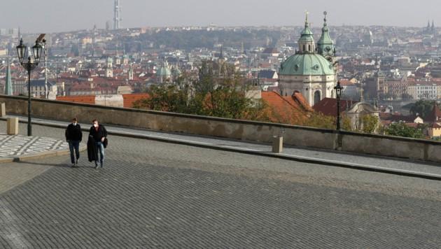 Die strengen Ausgangssperren in Tschechien machen sich in Form von beinahe leeren Straßen (wie hier in Prag) bemerkbar. (Bild: Associated Press)