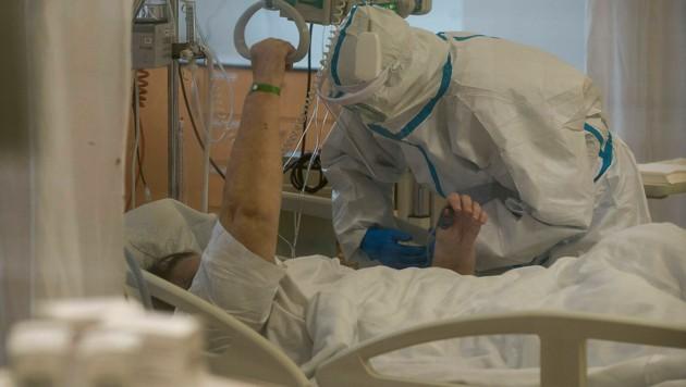 Ein Corona-Patient, der in Prag auf der Intensivstation behandelt wird (Bild: APA/AFP/Michal Cizek)