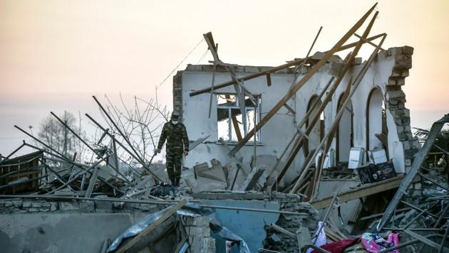 Viele Tote und große Zerstörung nach einem Raketenangriff auf die aserbaidschanische Stadt Ganja (Bild: AP)