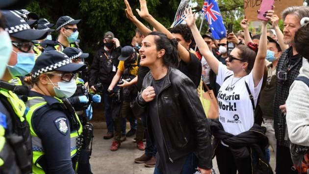 In Melbourne haben zahlreiche Menschen gegen den seit Monaten andauernden Lockdown demonstriert. (Bild: APA/AFP/William WEST)