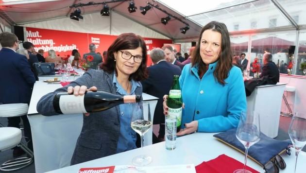 Wein und Wasser: Winzerin Birgit Braunstein und Dagmar Habeler von Waldquelle. (Bild: Judt Reinhard)