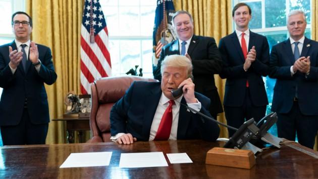 US-Präsident Donald Trump während einer Telefonschaltung mit dem israelischen Ministerpräsidenten Benjamin Netanyahu sowie dem Regierungschef des Sudan, Abdullah Hamduk (Bild: ASSOCIATED PRESS)