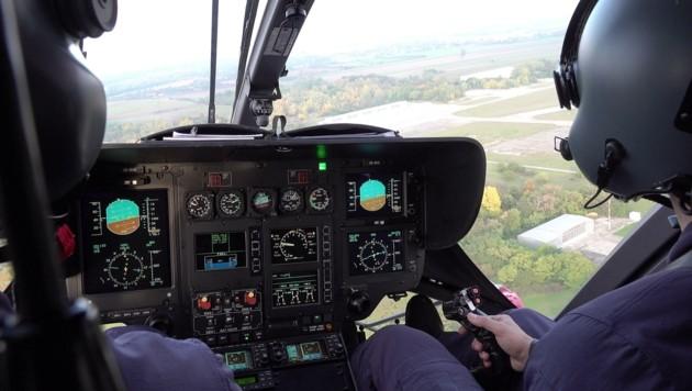 Die Besatzung eines Polizeihubschraubers besteht mindestens aus zwei Crewmitgliedern. Der Pilot sitzt rechts. (Bild: Huber Patrick)