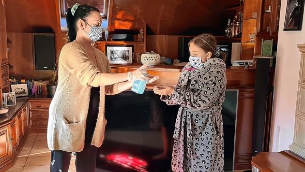 Sandra E. daheim mit ihrer Tochter Chiara (11), die sich mit Corona angesteckt hatte. Ihre Mama indes blieb verschont. (Bild: zVg)