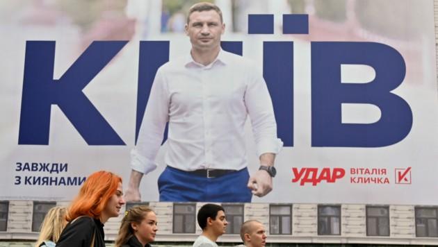 Ein Plakat mit Bürgermeister Vitali Klitschko, der in Kiew für seine Wiederwahl wirbt (Bild: AFP)