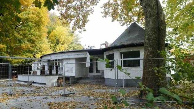Ein trauriger Anblick: Das einst stolze und so beliebte Hofgarten-Café. (Bild: Birbaumer Christof)