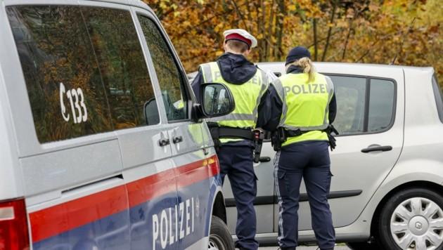 Beamte der Polizeiinspektion Hallein vor Ort bei der Pkw-Kontrolle (Bild: Tschepp Markus)