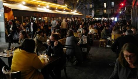 Pariser genießen am Freitag, den 23. Oktober, die laue Herbstluft in den Gastgärten der Lokale der Millionenmetropole. (Bild: AP)
