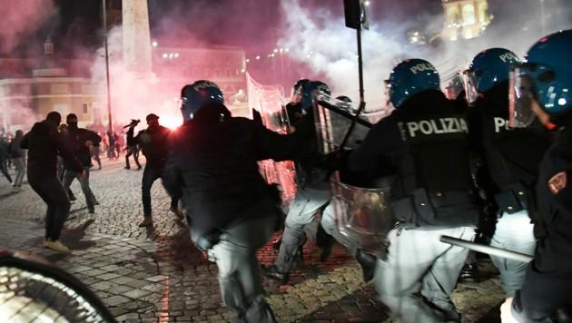 Auf der Piazza del Popolo in Rom kam es im Zuge der Proteste zur Konfrontation mit der Polizei. (Bild: AFP/Andreas SOLARO)