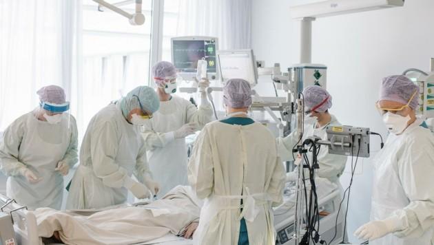 Die Behandlung von schwer erkrankten Patienten ist extrem aufwendig. (Bild: Elias Holzknecht)
