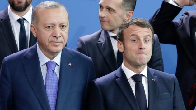Im Jänner 2020 posierten sie noch nebeneinander für ein Foto: der türkische Präsident Erdogan und sein französischer Amtskollege Macron. (Bild: AP)