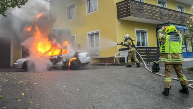 Der Brand des Pkw (Bild: Zeitungsfoto.at/Team)