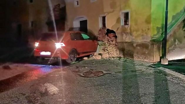 Beim Unfall wurde ein großes Loch in Hausmauer gerissen. (Bild: FF Asperhofen)