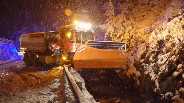 Im Zillertal kam es zu einem Unfall mit einem Räumfahrzeug. (Bild: zoom.tirol)
