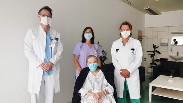 Prim. Dr. Thomas Roskaric (Chirurgie), Stationsleitung DGKP Karin Zellacher, EOA Dr. Harald Müller (Anästhesiologie und Intensivmedizin) mit Patientin Erna Z. (Bild: KABEG)