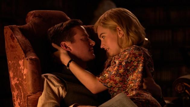 """Armie Hammer und Lily James in """"Rebecca"""" (Bild: Kerry Brown/Netflix via AP)"""