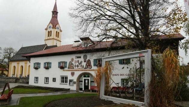 Das Zentrum von Igls mit schmucker Kirche und Haus des Gastes. Ob Igls weiterhin Stadtteil von Innsbruck bleibt? Tendenzen, sich abzuspalten, tauchen seit Jahren immer wieder auf. (Bild: Birbaumer Christof)