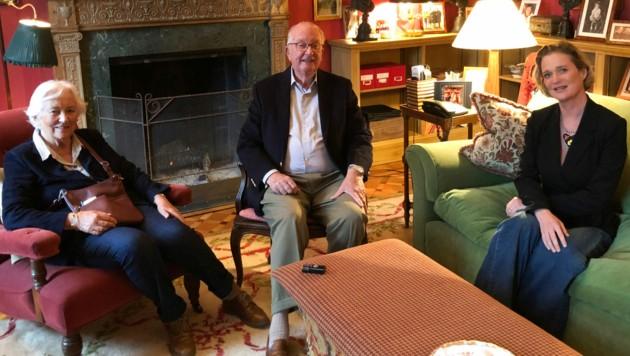 Das erste Treffen: Ex-König Albert II mit seiner Ehefrau Paola und seiner Tochter Delphine (Bild: AFP)
