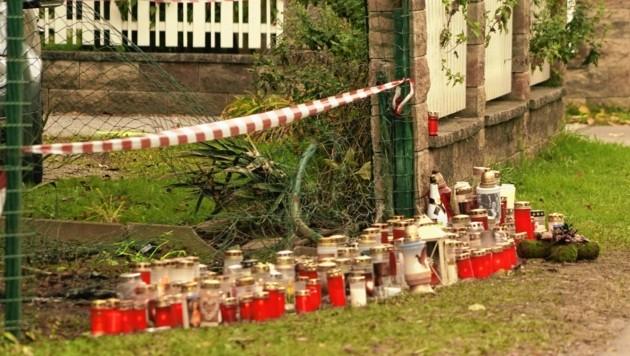 Viele Kerzen erinnern an den grauenhaften Unfall mit drei Todesopfern (Bild: Pail Sepp)