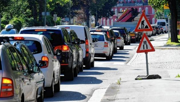 Seit der Einführung der Busspur gibt es täglich einen Stau auf der Haller Straße. Ab Dezember ist damit vorübergehend Schluss. (Bild: Andreas Fischer)