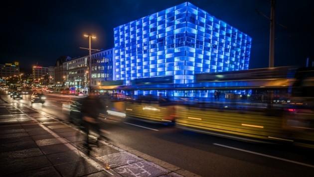 Das Linzer AEC im blauen Licht. Daneben soll die digitale TU hinkommen, so eine Idee. (Bild: AEC, Robert Bauernhansl)
