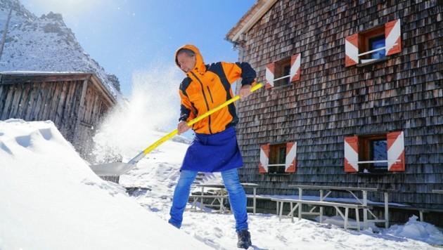Noch wird geschaufelt, die Schneefräse wird erst geliefert. (Bild: Wallner Hannes)