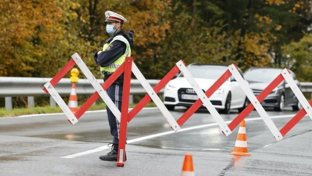 Die Polizei kontrolliert an den Ortseinfahrten, wer trotz Quarantäne ein- und auspendeln darf (Bild: Tschepp Markus)
