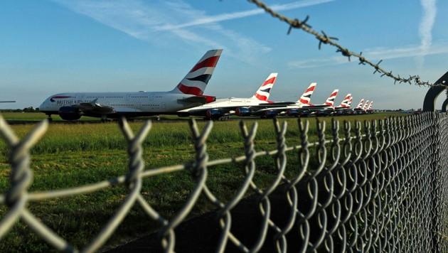 Fluggäste bleiben aus, Jets bleiben am Boden. Das Krisenjahr könnte sich verlängern und für zahlreiche Airports das Aus bedeuten. (Bild: APA/AFP/GUILLAUME SOUVANT)