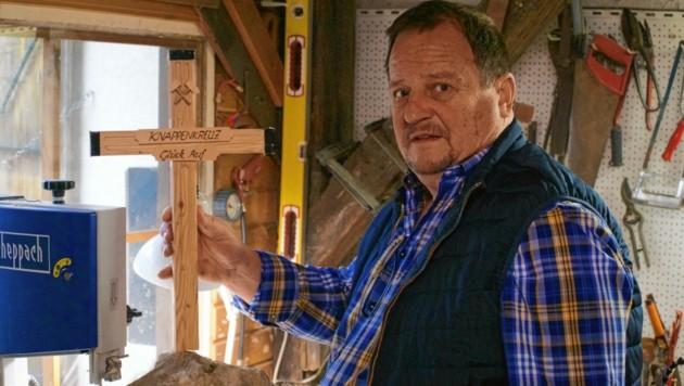 In seiner Werkstatt baut Harald Srienz das neue Knappenkreuz als Miniversion nach. Erreichbar ist Srienz unter 0650/ 35 36 991. (Bild: Wallner Hannes)