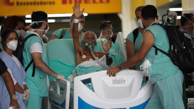 Dieser Patient freut sich, dass er erfolgreich evakuiert wurde. (Bild: AP)