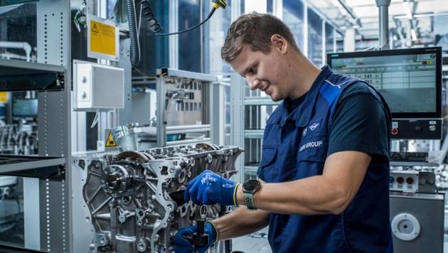 50 Automatikstationen mit Robotern und 65 Handarbeitsplätze umfasst die neue Benzinmotoren-Linie. (Bild: BMW Group Werk Steyr)
