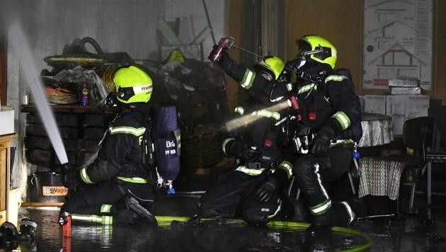 Bei den Löscharbeiten wurde ein Todesopfer entdeckt. (Symbolbild) (Bild: P. Huber)