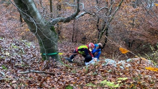 Die HFW Villach musste die Frau aus dem unwegsamen Gelände bergen. (Bild: HFW Villach)