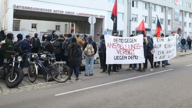 Protest: Vor der Zentrale des Roten Kreuzes demonstrierten ehemalige Mitarbeiter, die nicht wieder beschäftigt werden. (Bild: Gerhard Bartel)