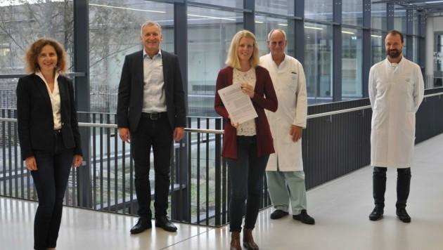 Sonja Bidmon, Ralf Terlutter und Svenja Diegelmann von der Uni forschen gemeinsam mit Primar Rudolf Likar und Oberarzt Markus Köstenberger zum Thema Patientenverfügungen. (Bild: Klinikum)