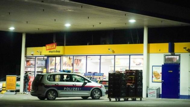 Die Alarmfahndung der Polizei unmittelbar nach dem Überfall auf die JET-Tankstelle war erfolgreich. (Bild: Pressefoto Scharinger © Daniel Scharinger)