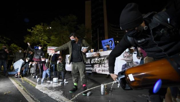 In Rom liefen die Proteste friedlicher ab - Gastronomen verschütteten Bier, um ihrem Unmut über die strengen Maßnahmen Luft zu machen. (Bild: AFP )
