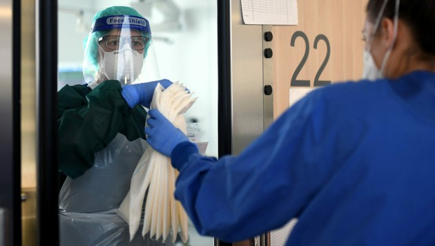 Krankenschwestern auf einer Intensivstation des Universitätsklinikums Essen (Bild: APA/AFP/Ina FASSBENDER)