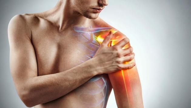 Schmerzen in der Schulter können viele Gründe haben. (Bild: Romario Ien/stock.adobe.com)