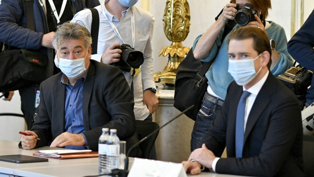 Bundeskanzler Sebastian Kurz (ÖVP) und Vizekanzler Werner Kogler (Grüne) am Rande der Beratungen mit Gesundheitsexperten des Landes (Bild: APA/HERBERT NEUBAUER)