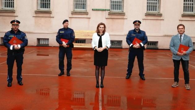 Justizministerin Alma Zadic überreichte vier Justizwachebeamten Lebensrettermedaillen. (Bild: Zwefo)
