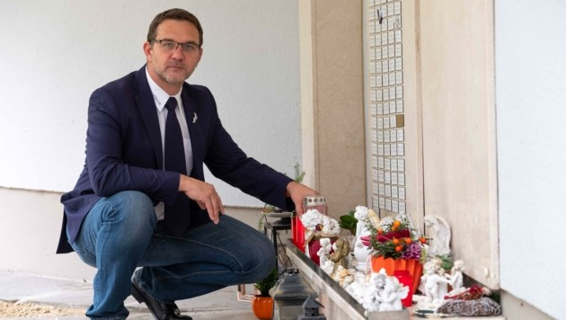 """""""Die Partezettel heben wir im Büro auf"""", sagt Mario Wagenhuber über einsam Verstorbene. (Bild: Einöder Horst)"""