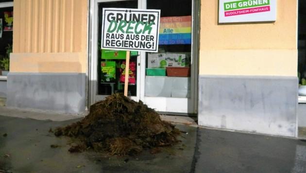 Ein Haufen Kuhmist - direkt abgeladen vor der Grünen-Zentrale (Bild: zVg)