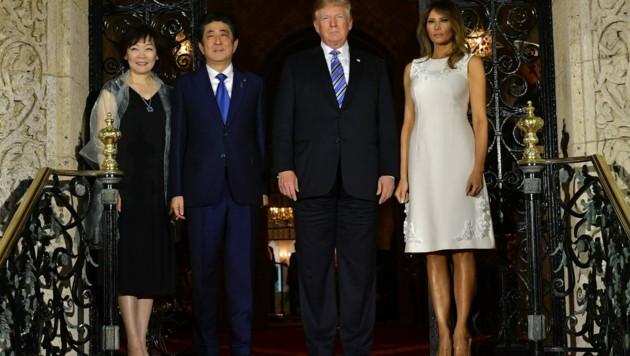 Donald Trump und First Lady Melania begrüßten Premierminister Shinzo Abe und seine Frau Akie Abein in seinem noblen Golf-Resort Mar-a-Lago. (Bild: AFP)