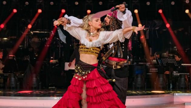 Als sexy Piratenbraut wirbelt Silvia Schneider am Freitagabend durch den ORF-Ballroom. (Bild: ORF)